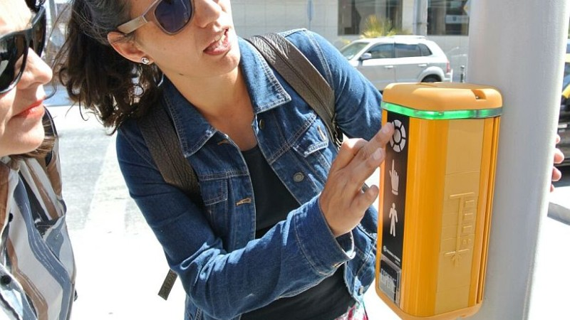 Así son los dispositivos que emiten señales sonoras y vibro táctiles de las rutas accesibles del Iquique Ciudad Inclusiva